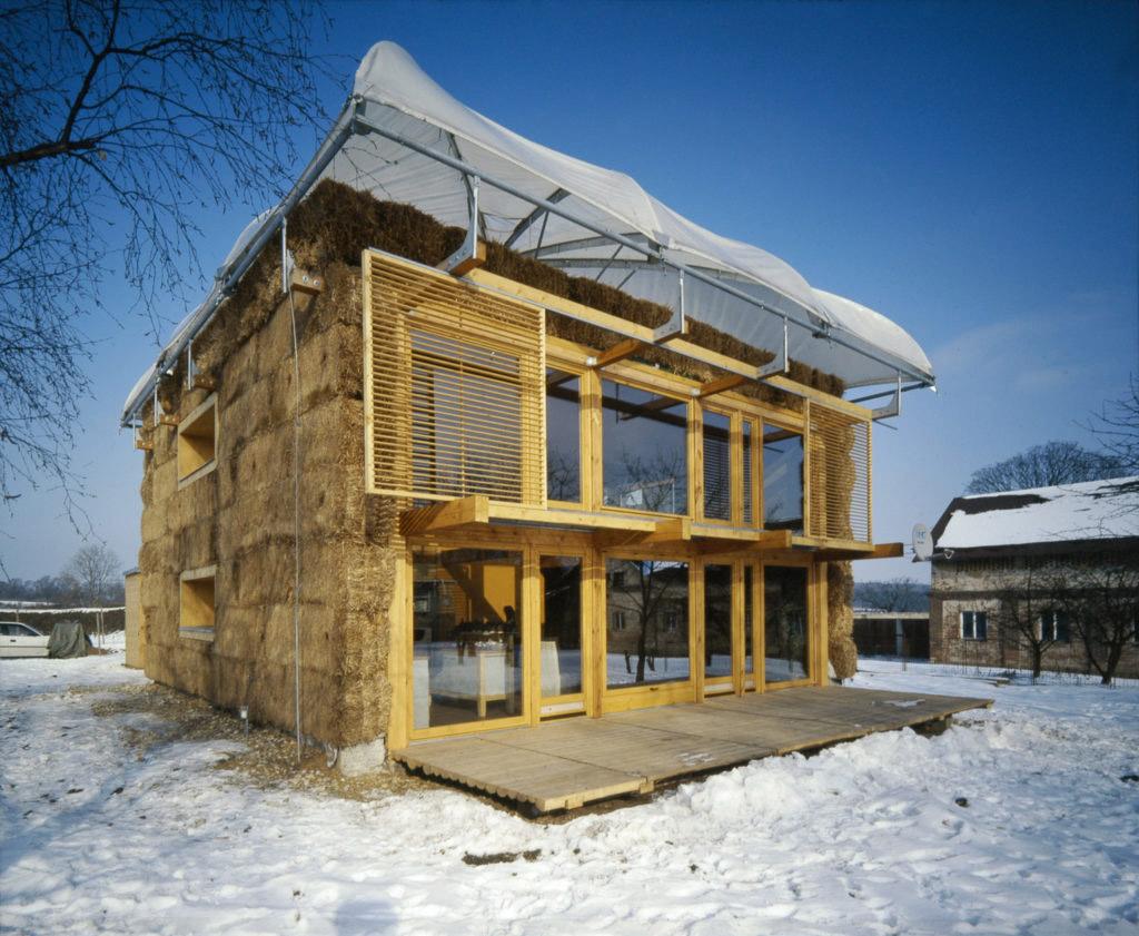 Dům v kožichu a s deštníkem, Mladá Boleslav-Michalovice, 2003/ House in a Fur with an Umbrella, Mladá Boleslav-Michalovice, 2003, Petr Suske, Foto E. Havlová