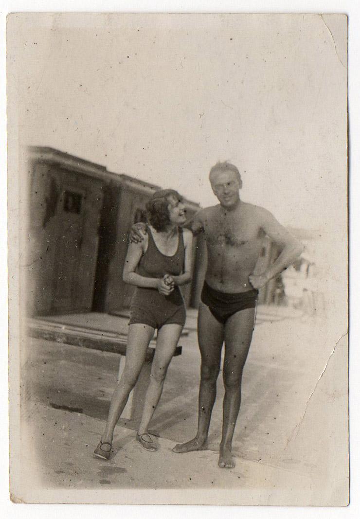 Babička Jana Šépky a architekt Jacques Groag na plovárně.