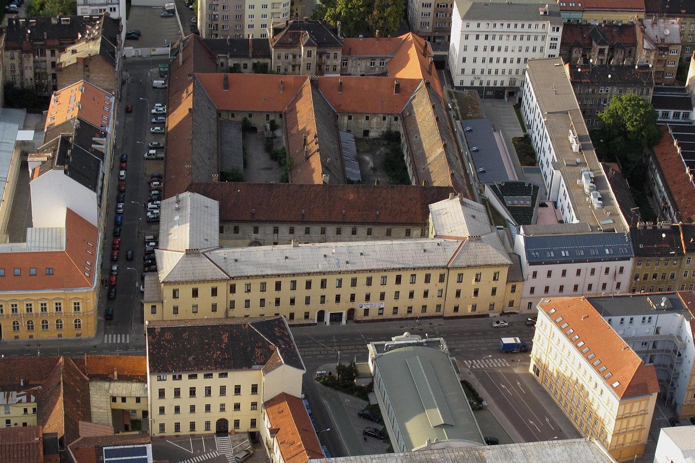 Pohled na bývalou káznici z ulice Cejl, která je v soukromém vlastnictví. Předmětem soutěže je větší část komplexu se třemi dvory.
